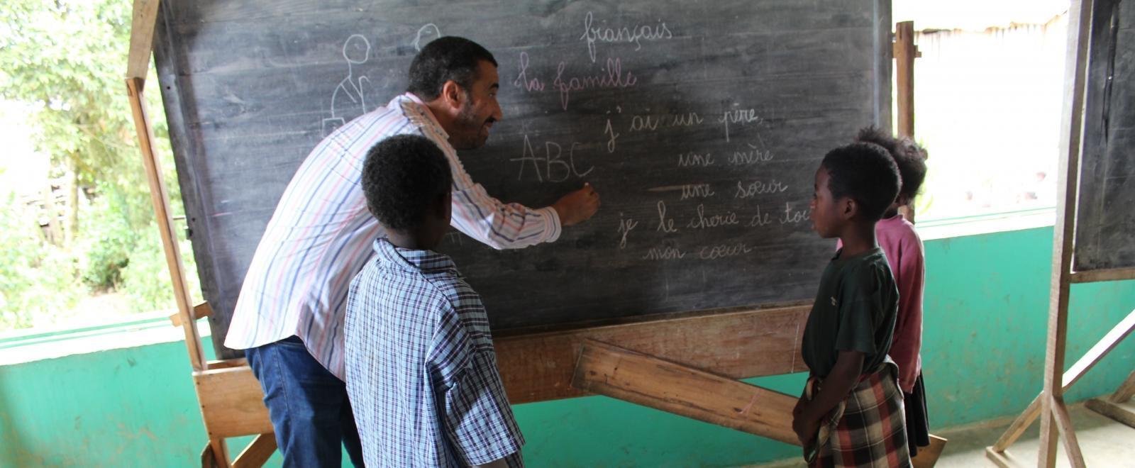 Estudiantes de Madagascar aprendiendo inglés en nuestro voluntariado educativo.